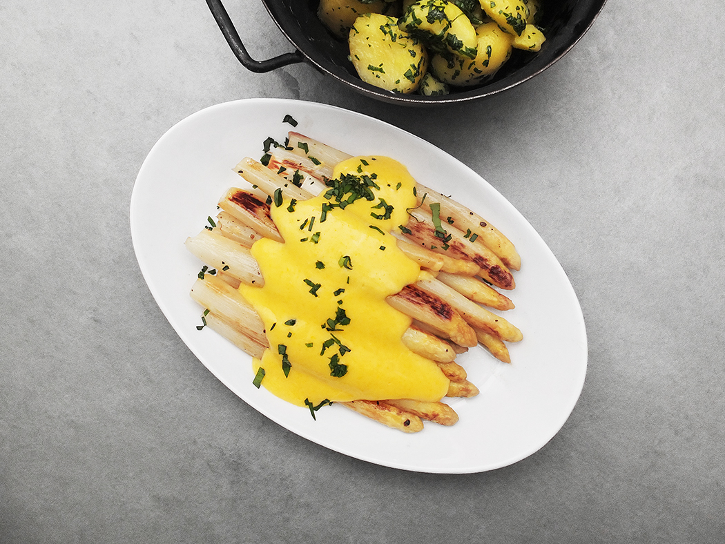 oven_roasted_white_asparagus_with_sauce_hollandaise_and_potatoes_with_wild_garlic_7